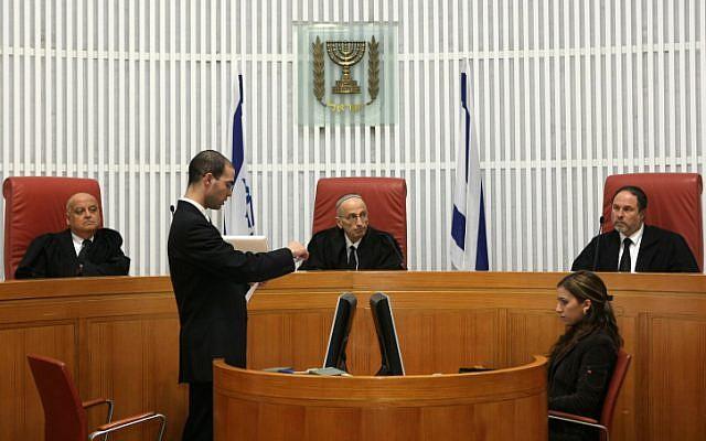 Edmond Levy (center) in court (Photo credit: Kobi Gideon/ Flash 90)