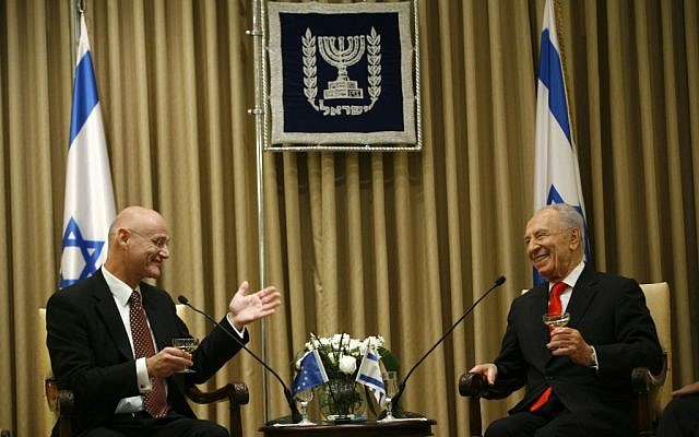 Andrew Standley meeting with Shimon Peres in 2009. (photo credit:  Miriam Alster/Flash90)