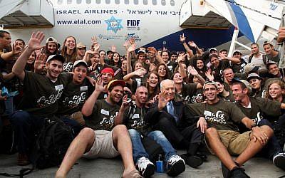 Shimon Peres greets immigrants flown in on El Al in 2010. (photo credit: Sasson Tiram/Flash90)
