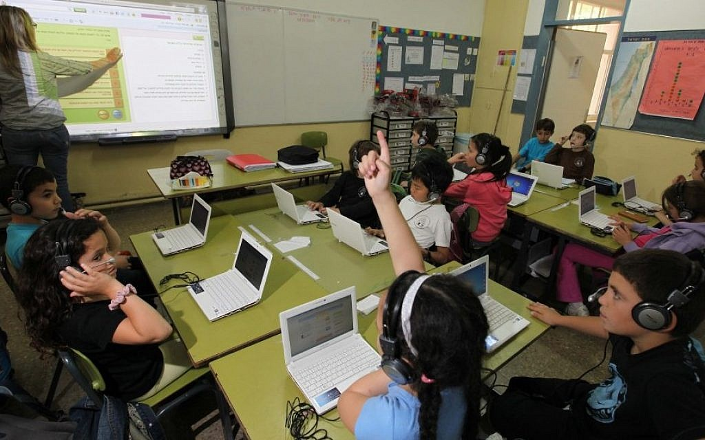 Israeli children in Second grade children use computers in a classroom as part of a study program of the Jerusalem Municipality and the Ministry of Education (Photo credit: Kobi Gideon / Flash90)