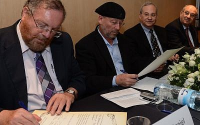 Science and Technology Minister Daniel Hershkowitz (L.) signs documents for the inauguration of the Computational Research Institute. Seated next to Hershkowitz (L. to R.): Mooly Eden, Senior Vice President and President, Intel Israel, Justin Rattner, Director of Intel Labs and Intel Chief Technology Officer, and Prof. Peretz Lavie, President of the Technion (Photo credit: Courtesy)