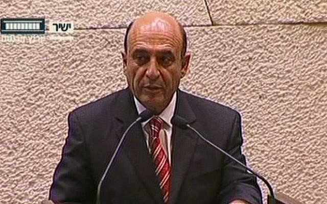 Kadima chairman Shaul Mofaz is sworn in as a member of the cabinet on Wednesday. (screen capture: The Knesset Channel)