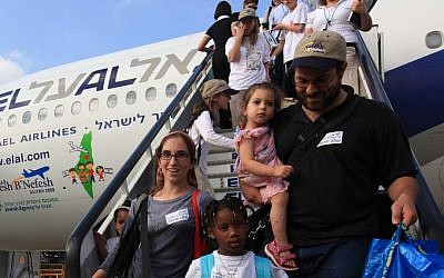 New immigrants from USA and Canada arriving at Ben Gurion Airport (photo credit: Kobi Gideon/Flash90)