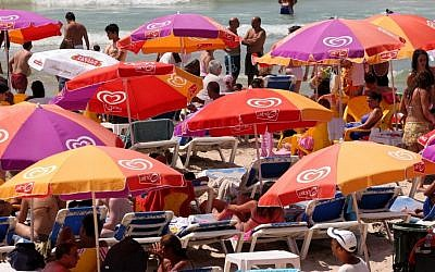 Bring your laptap. Tel Aviv beach. (Photo credit: Moshe Shai/Flash90)