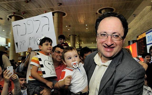 Boris Gelfand holding his son upon his return to Israel Friday. (photo credit: Yossi Zeliger/Flash90)