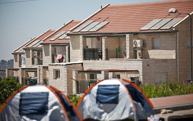 Protest tents outside the Givat Ulpana houses scheduled for eviction (photo by: Noam Moskowitz/ Flash90)