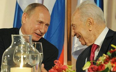 Vladmir Putin (L) and Shimon Peres at Peres' residence in Jerusalem on June 25, 2012 (Mark Neyman/GPO/Flash90)