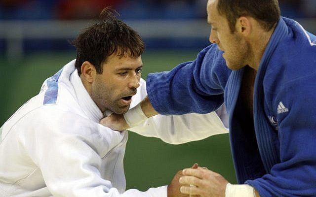 Arik Zeevi, white, and France's Frederic Demontfaucon compete at the men's judo -100kg half heavyweight division preliminaries at the Beijing 2008 Olympics (photo credit: AP/Charles Dharapak)
