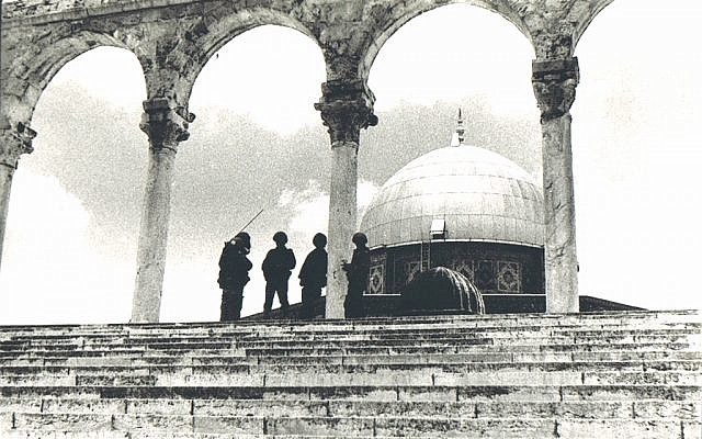 Soldiers conferring with the Dome of the Rock in the background (Photo credit: Copyright: Yossi Shemy/ all rights reserved)