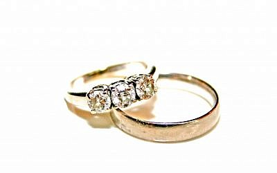 Diamond wedding rings (CC-BY-SA, by Deerstop, Wikimedia Commons)