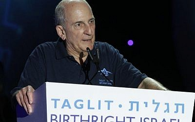 Charles Bronfman speaking at a Taglit-Birthright event. (Courtesy)