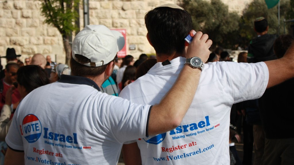 iVoteIsrael volunteers sign up US citizens for absentee ballots at a mall in Jerusalem (photo credit: courtesy of iVoteIsrael.com)