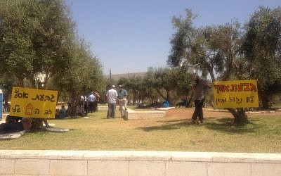 The hunger-strikers' camp just below the Supreme Court in Jerusalem (Photo credit: Mitch Ginsburg)
