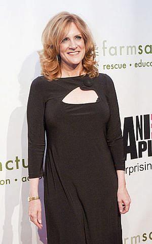 Carol Leifer (photo credit: CC-BY-SA Bridget Laudien, Wikimedia Commons)