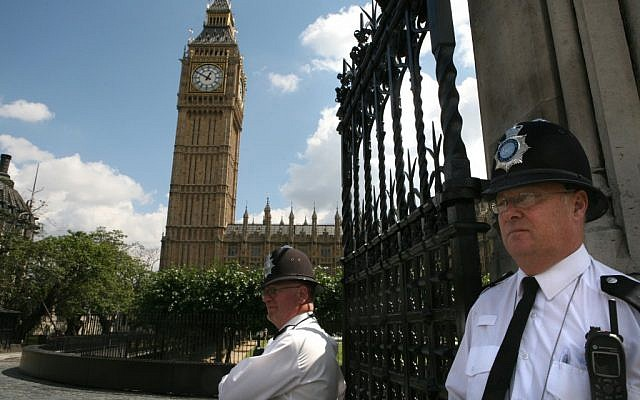 English policemen guard Big Ben and the Houses of Parliament in London. (Photo credit: Yossi Zamir/Flash90)