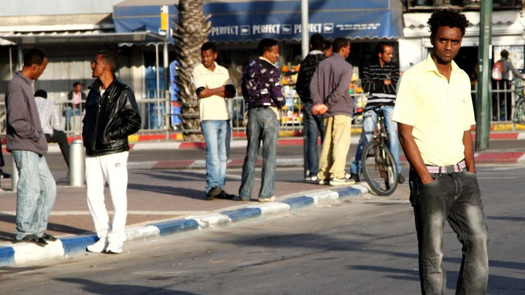 Israel starts handing out deportation notices to African migrants