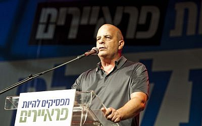 Former Shin Bet chief Yuval Diskin speaks at the 'Suckers' movement demonstration in Tel Aviv on Saturday (photo credit: Tali Mayer/Flash90)