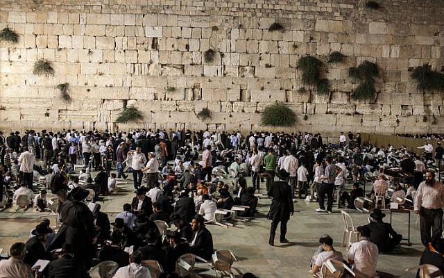 Thousands attend a Tisha B'Av prayer service at the Western Wall in Jerusalem on Saturday July 28, 2012 (photo credit: Noam Moskowitz/Flash90)