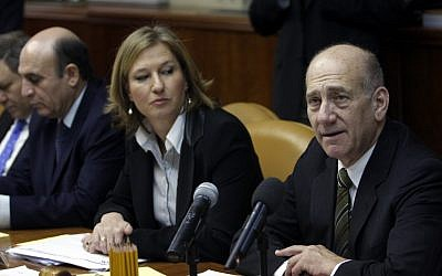 Foreign minister Tzipi Livni and prime minister Ehud Olmert, pictured at a cabinet meeting in 2008; Shaul Mofaz is to Livni's right. (photo credit Lior Mizrahi/Flash90)
