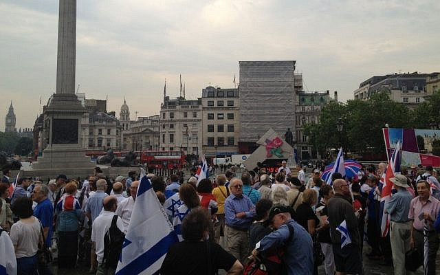 Crowds in Trafalgar Square marking the 1972 Munich massacre. (photo credit: courtesy Jonathan Sacerdoti)