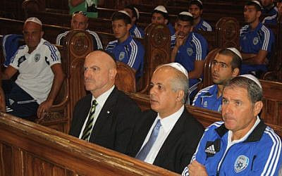 Israel's soccer team at a Budapest synagogue, August 14 (photo credit: courtesy of Israel Football Association)