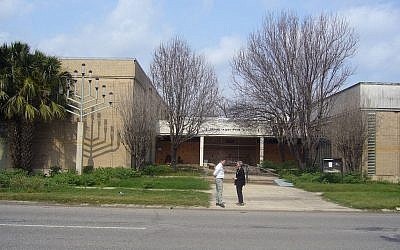 The former home of the Beth Israel congregation in New Orleans. The building was heavily damaged in Hurricane Katrina on August 29, 2005. (CC BY Jewish Women's Archive, Flickr)