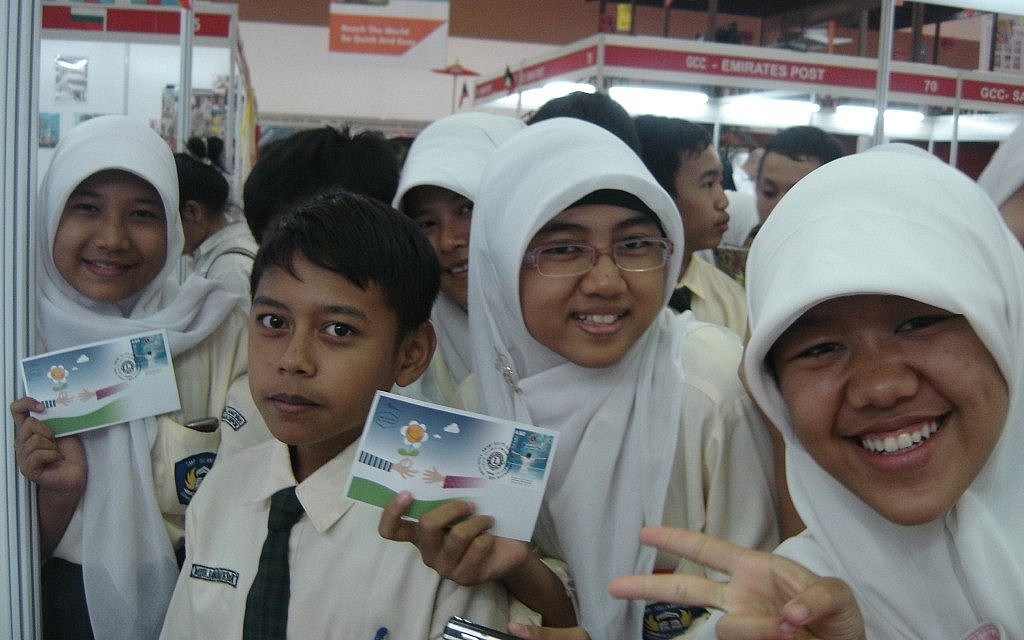 Indonesian kids go wild over Israeli stamps (Courtesy Les Glassman)