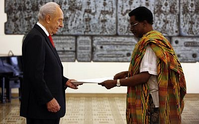 Ghana's ambassador to Israel Henry Hanson-Hall presents Shimon Peres with his credentials in 2010 (photo credit: Miriam Alster/Flash90)