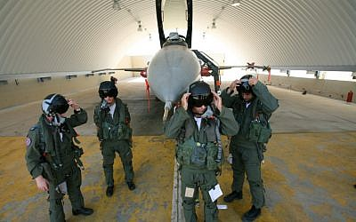 IAF pilots near a plane after training (Illustrative photo: Moshe Shai/Flash90)