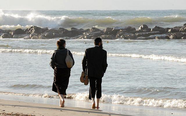 An ultra-Orthodox couple at the beach (illustrative photo: Gili Yaari/Flash 90)