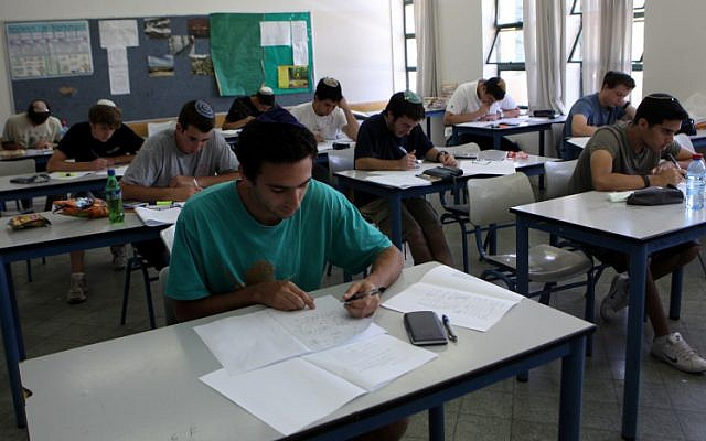 Hartman High School students take their matriculation exams in mathematics (: Yossi Zamir/Flash90)
