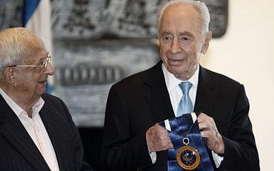 President Shimon Peres, right, announced the winners of the first Presidential Award of Distinction earlier this year. Left is former president Yitzhak Navon (photo credit: Uri Lenz/Flash90)