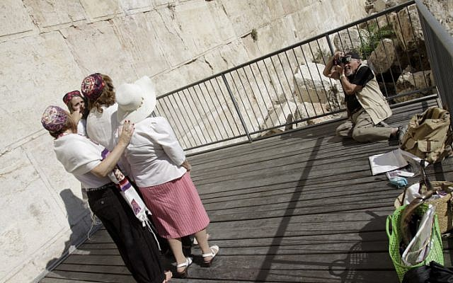 David Rubinger, a JerusaLENS contest mentor, photographs the Women of the Wall in the same pose as his famous 1967 paratrooper pictures (Oren Nahshon/Flash90)
