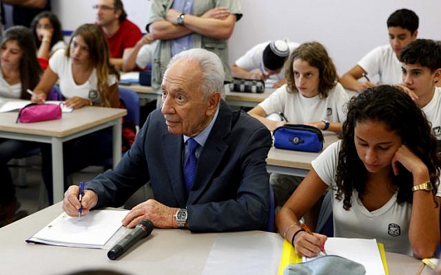 Shimon Peres opens the new school year at the specially reinforced school in Sderot (photo credit: Edi Israel/Flash90)