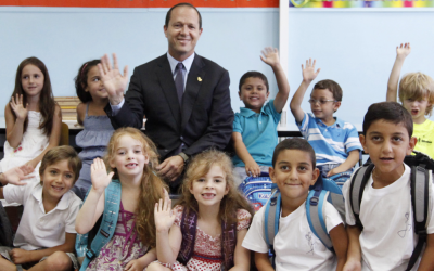 Waving goodbye to summer vacation. Jerusalem Mayor Nir Barkat poses with children who will be entering first grade on Sunday when the school year starts (photo credit: Miriam Alster/FLASH90)