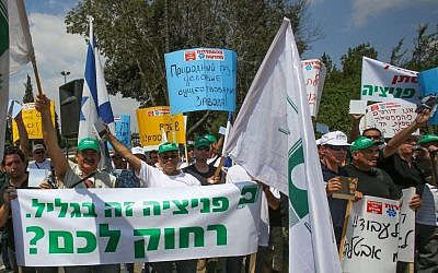 Phoenicia workers protest against the closing of the glass factory outside the Knesset in Jerusalem, August 29 2012 (photo credit: Oren Nahshon/Flash90)