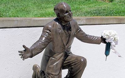 A statue of Al Jolson at the entertainer's grave in Los Angeles provides a source of inspiration for a lay service leader as Yom Kippur nears. (Edmon J. Rodman/JTA)