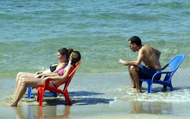 Israelis on the Tel Aviv beach during Yom Kippur in 2007 (photo credit: Flash90)