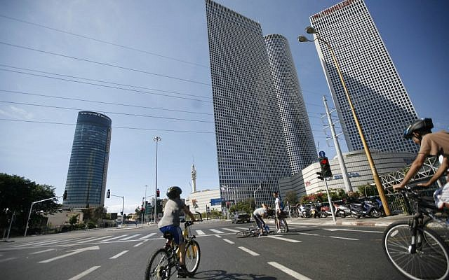 Empty streets by the Azrieli Towers in Tel Aviv, on Yom Kippur, 2008 (photo credit: Miriam Alster/Flash90)