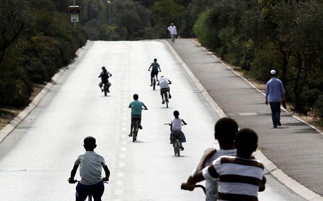 Riding bikes in Jerusalem on Yom Kippur, 2011 (photo credit: Uri Lenz/Flash90)
