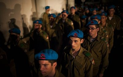 Soldiers standing at attention during the funeral of Netanel Yahalomi.  Yahalomi was killed Friday during a firefight with terrorists along the Egyptian border (photo credit: Yonatan Sindel/Flash90)