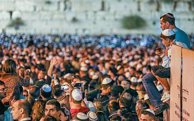 The night before Yom Kippur at the Western Wall, 2012 (photo credit: Oren Nahshon/Flash90)
