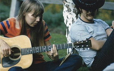 Joni Mitchell and David Crosby at a Mama Cass picnic (photo credit: Henry DIltz)