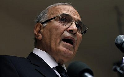 Ex-Egyptian prime minister and presidential candidate Ahmed Shafiq speaks to the media, May 2012. (Khalil Hamra/AP)
