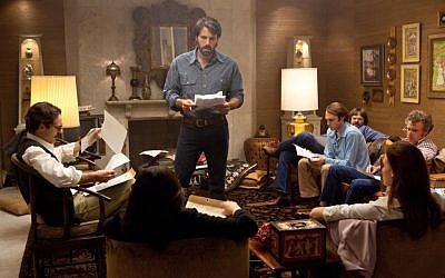 Ben Affleck and the cast of hostages of 'Argo' (Courtesy Warner Bros.)