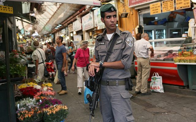 A Border Police officer at the Mahane Yehuda market in Jerusalem. (illustrative photo: Nati Shohat/Flash90)