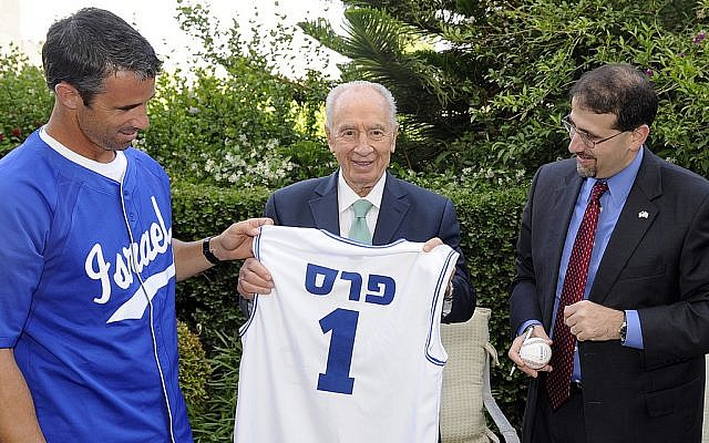 Brad Ausmus, President Shimon Peres and US Ambassador Dan Shapiro. (photo credit: courtesy of US Embassy)