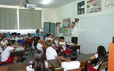 Rabbi Mendel Druk teaches Catholic Mexican students about Israel and Judaism (photo credit: courtesy of Chabad Cancun)