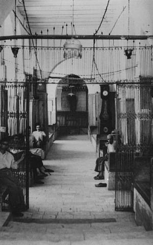 The interior of the Great Synagogue of Aleppo in the early 20th century (Courtesy of the Beit Hatfutsot Photo Archive, Sara Shama collection)