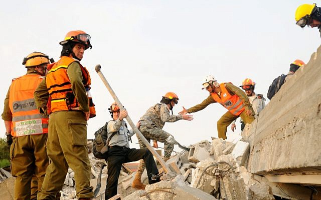 Israeli and American soldiers participate in a joint earthquake drill in Holon on October 21, 2012. (photo credit: Yossi Zeliger/Flash90)